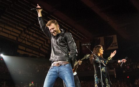 Charles Kelley, lead singer of Lady Antebellum, prepares the crowd for the start of