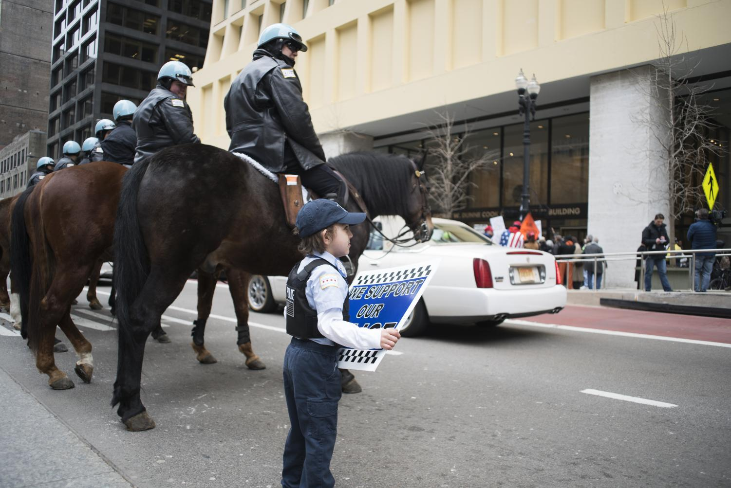 A+young+FOP+supporter+poses+with+the+mounted+patrol+April+1.