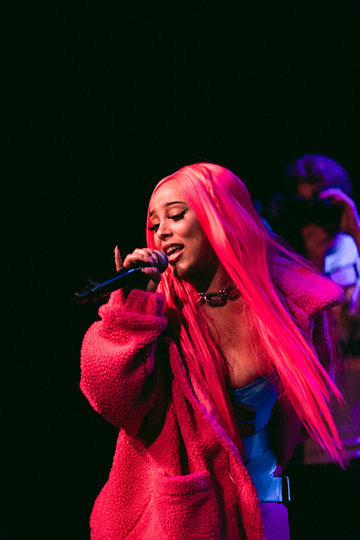 Doja+Cat+sold+out+Lincoln+Hall%2C+2424+N.+Lincoln+Ave.%2C+on+Friday.+The+Los+Angeles+singer+and+rapper+had+the+crowd+jumping+to+her+hit+song+%22Tia+Tamera%2C%22+along+with+other+songs+from+her+album+%22Amala.%22