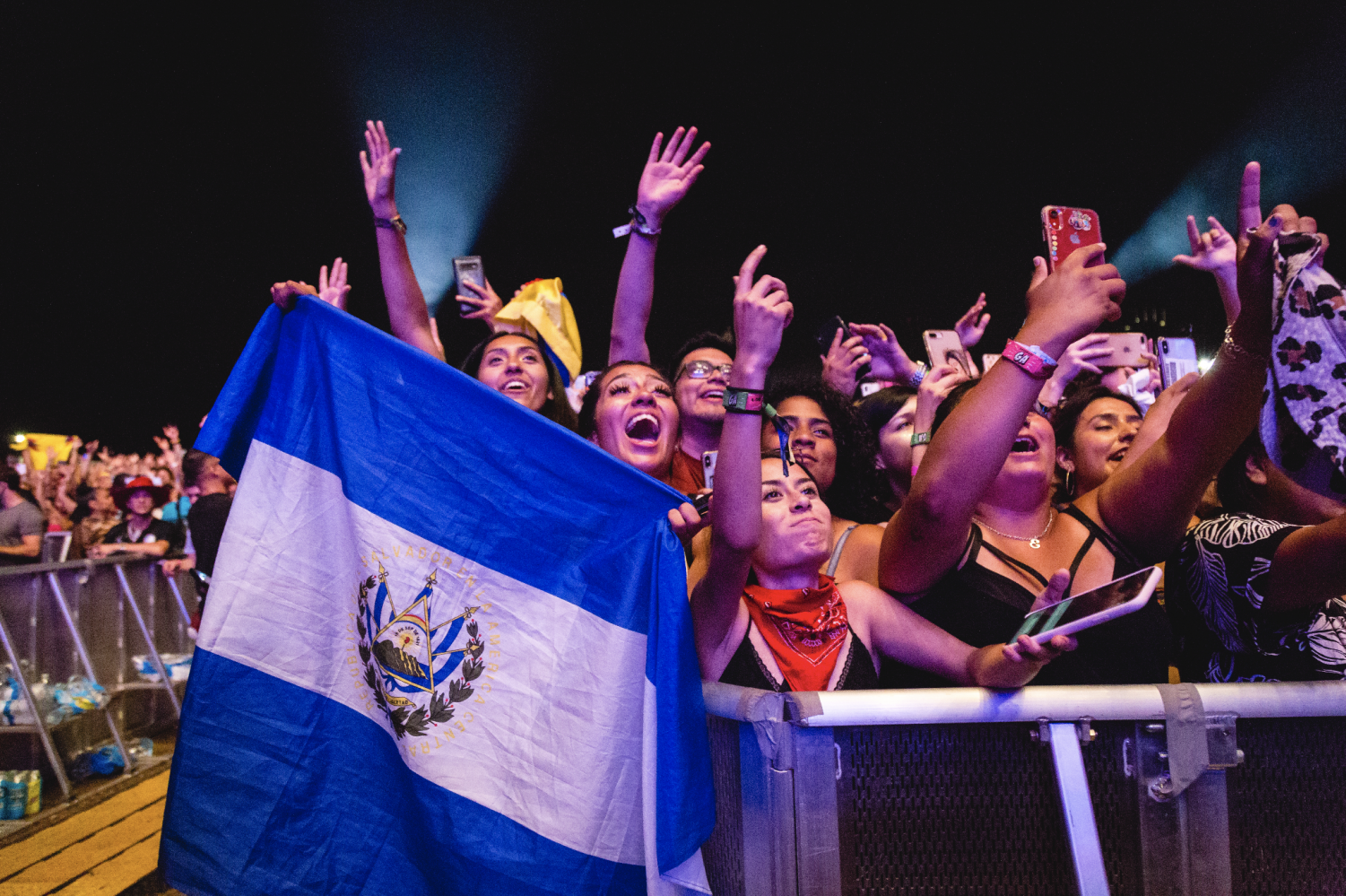 Fans+proudly+fly+the+flag+of+El+Salvador+at+J+Balvin%27s+Lollapalooza+set%2C+Aug.+8.