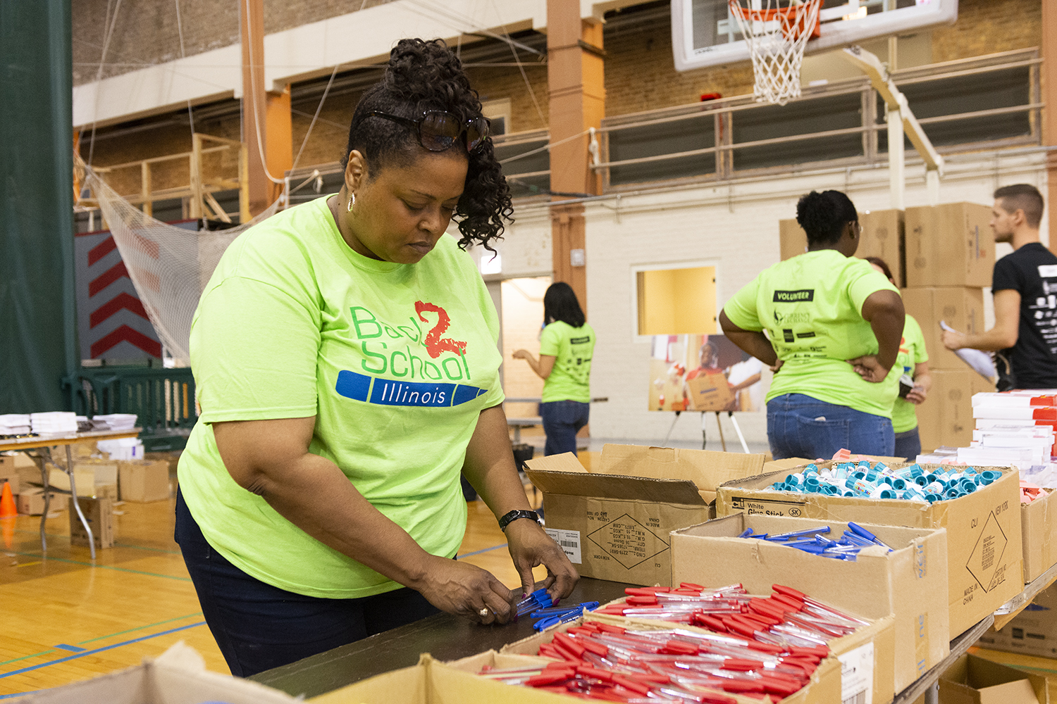 Volunteer+from+Mutual+Trust+Life+Insurance+Debbie+Nealon+helps+to+package+supples+for+B2SI+kits+Aug.+8+at+Broadway+Armory+Park%2C+5917+N.+Broadway.
